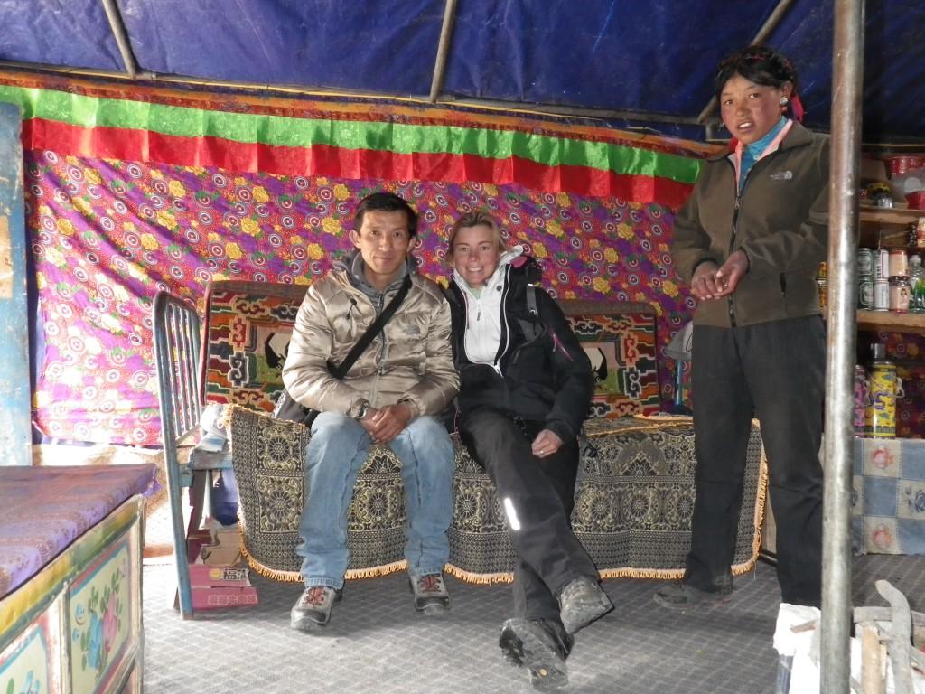 Sous la yourte, avec mon guide et mon hôte