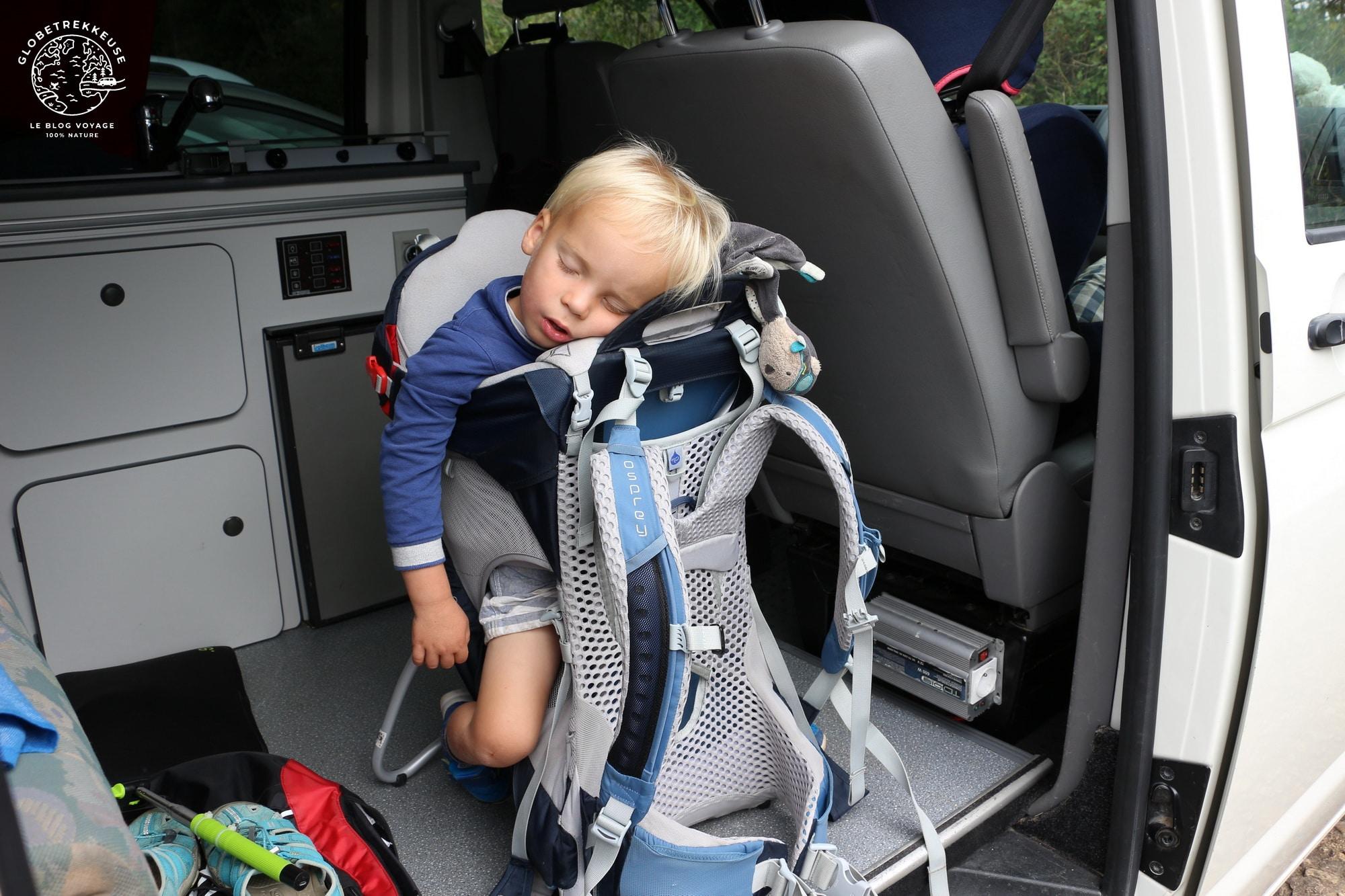 van aménagé avec enfant fatigue