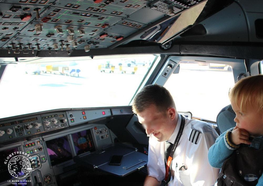 prendre avion avec bebe cockpit